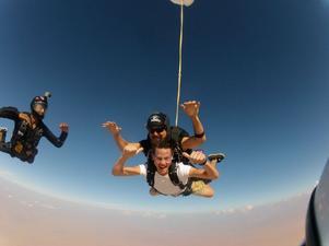 Under visiterna i Qatar har Tim även gått en kurs i fallskärmshoppning, här ett hopp tillsammans med sin handledare.