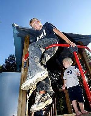 Foto: GUN WIGH Lekfull skolstart. Marcus Lundgren som börjar årskurs 2 hade roligt där han klättrade omkring i klätterställningen med sina nya skolkompisar.