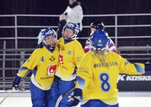 Så här vill vi se Sveriges bandytjejer under VM i USA som avgörs under veckoslutet. SAIK:s Camilla Andersson (nr 8) är uttagen i laget tillsamans med sin syster Malin för att försöka vinna tillbaka guldet som Ryssland tog för två år sedan.
