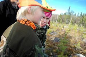 Anna-Karin Karlsson berättar för Anton Öst vilka spår man ska titta efter när man jagar rådjur.
