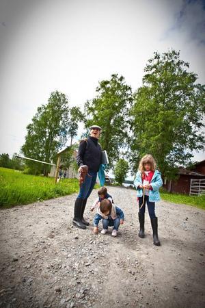 Lavinia Voicu med barnen Anna, Aris och Carla. Under tiden i Hara hyr de en stuga på gården och spenderar dagarna med att rida, leka och njuta av naturen.– Jag är en stadstjej egentligen, men det här är fantastiskt, säger hon.