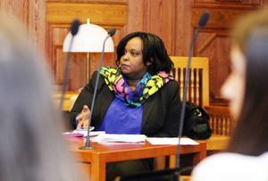 Isis Marie Aimee Nyampame har varit ersättare i miljö- och samhällsnämnden sedan 2011. Bästa sättet för verklig integration, menar hon. Fler med utländsk bakgrund borde jobba politiskt.