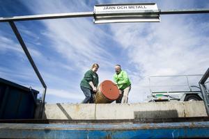 Här åker den 130 kilo tunga vattenberedaren i sopan. Jörgen Åkerblom och Kristina Nilsson är nöjda med sitt jobb.