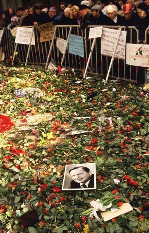 Den 28 februari 1986 sköts Sveriges statsminister Olof Palme till döds på Sveavägen i Stockholm. Mordet är fortfarande olöst. Ändras inte lagen, preskriberas det år 2011.