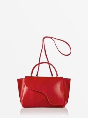 Former att bära. Röd läderväska från ATP Atelier. 4000 kronor.
