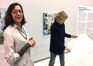 Kristina Maria Mezei och intendenten Eva Borgegård hänger upp utställningen om Berit Petterssons konst och konstnärskap.