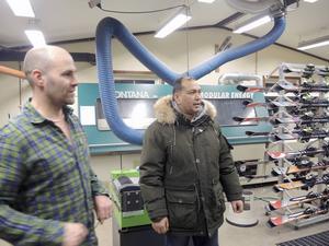 Martin Hansson diskuterar maskiner tillsammans med Dadmuhammad Munri.