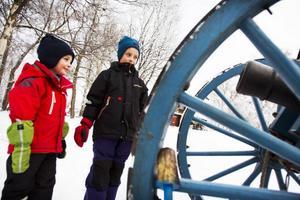 Bröderna Ludvig och Erik Asklund tyckte det var roligt att se Karolinerna. Ludvig såg fram emot när kanonen skulle avfyras.