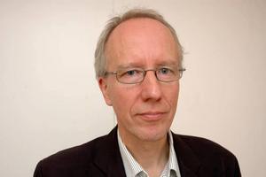 HETT OM ÖRONEN. Sture Jonsson, informationschef inom UL, hade fullt upp med att svara på frågor.