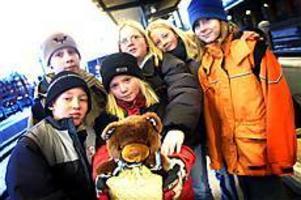 Foto: NICK BLACKMON Resenärer. I går satte Johan Bär, Oskar Swälas, Matilda Furubacke, Therése Johansson, Josefin Sundberg och Matilda Lundgren en teddybjörn på tåget. Han ska göra den Sverigeresa de själva inte kan göra.