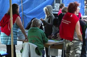 Nykter. Daldansen i Sveaparken var en lugn tillställning. Ett lotteri fanns för de ungdomar som ville vinna ett fint pris. Insatsen var - nykterhet. Foto:Berndt Norberg