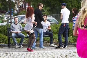 Kungen går på strippklubb var temat för det första ekipaget i karnevalen.