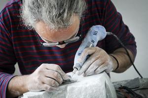 Skulptören Raabeea Ibrahim skapade på plats.