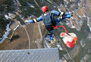 – Jag skulle ljuga om jag sade att jag inte hade hög puls, sa nybörjaren Johan Häggblom innan han kastade sig ut från tusen meters höjd.