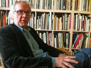 Den omdebatterade konstnären Lars Vilks har ett digert källmaterial att utgå från när han börjar skriva sin bok om rondellhunden 2012.