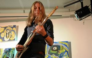 Rätt rockattityd. Kristoffer Schander lirar gitarr med inspiration från Deep Purple och Led Zeppelin.