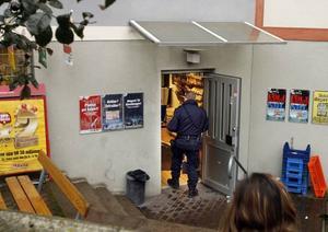 Svennes närbutik på Brynäs. Svennes närbutik rånas av en man med ett pistolliknande föremål. Butikspersonalen lyckas avväpna rånaren som då flyr till fots.