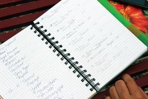 I en anteckningsbok skriver Anette prydligt ner namnet på varje växt som hon planterar ut i trädgården.