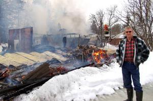 Arne Larsson såg sitt garage brinna ner under lunchtid på onsdagen. En skoter, en bil, flera svetsar och en svarv kunde inte räddas. Foto: Carin Selldén