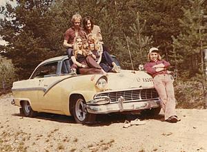 """MOTORBUREN. Svenne har alltid varit motorintresserad. När körkortet var färskt ägde han en Ford Fairlane från 1956. """"Ele, Bubbi, Wibeke, Monica och jag var på väg till Hedesunda när bilden togs. Vi trodde att vi skulle kunna åka hela vägen på vallen där gamla Salabanan gått, men till slut körde vi fast och fick vända. Jag står längst fram och hade pallat upp kameran med självutlösare."""" Foto: Sven Erik Pettersson"""