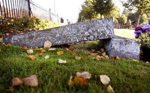 När tjälen går ur marken på våren är det många gravstenar som trillar.