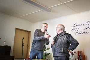 Sven-Erik Jönsson presenterade, visade upp tidningsurklipp och fungerade som konferencier.