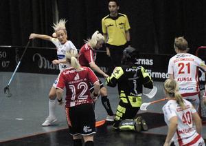 Kamp om bollen framför Mormålvakten Sandra Fredriksson.