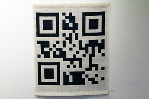 Om man skannar in detta mönster kommer man till Elins hemsida. Det är en textilaffisch i stället för en pappersaffisch.