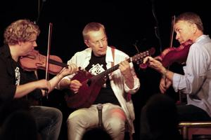 Tre spelmän från Rättvik bjöd på en spelglad folkmusikkonsert.
