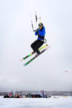 Ettabild:Simon Jaktlund lockade många ut på Storsjöns is i helgen för att prova på snowkite. Efter en fyra dagar lång kitefestival hoppas han att fler upptäcker tjusningen med konsten att kunna tämja vinden.