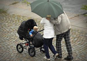 Föräldraförsäkringen skall delas i fyra delar, anser insändarskribenten.foto: scanpix