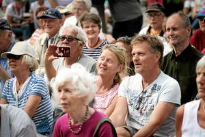 Glad publik. Publiken sjunger med,                         klappar takten och skrattar. Festivalen verkar, under lördagseftermiddagen, väldigt lyckad.