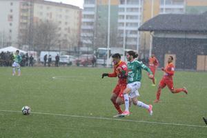 Stefan Ilic i kamp med en motståndare.