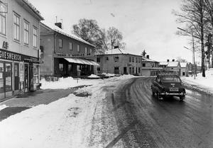 I kulturnämndens byggnadsinventering över bebyggelsen i nordvästra delen av Hallstahammars samhälle anses den gamla affärsmiljön utmed Skolgatan vara kulturhistoriskt viktig och bör därför restaureras och bevaras i framtiden.