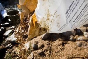 Ecobark strös över marken.
