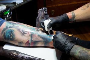 Clinton Trek fyller på sitt vänstra ben. Han tycker aldrig att man kan bli färdig så han fortsätter att fylla på med tatueringar över hela kroppen.