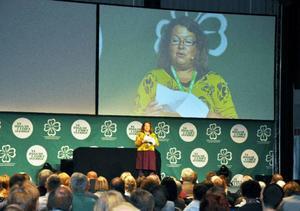"""""""Nu ska vi sitta på vår röv, diskutera, rösta och välja en Lööf"""". Kommunalrådet Eva Hellstrand (C) fick stora applåder för sitt välkomstanförande på vers."""