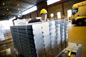 Torbjörn Sörhuus,  vid en pall som ska bli truckgafflar i en tysk fabrik