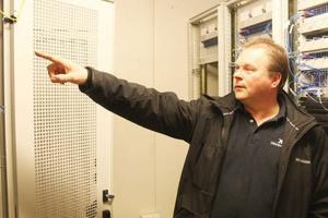Mats Falkeman visar driftscentalen för Härjeåns bredband. Snart lyfts styrenheten för adsl ut och kvar blir bara fiber.
