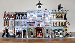 Fina hus. De här husen har Hanna byggt av lego och det finns fler i samma serie som man bygga ihop med dessa.