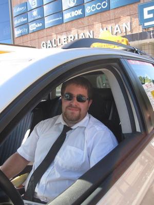 Niclas Bergqvist, 24 år, taxichaufför, Stigslund i Gävle.– Det finns helt klart en Gävlementalitet och här gäller jantelagen. Det är fult att tjäna pengar och ha en karriär. Det är som en liten bruksort och jag tror att man hittar liknande saker i alla mindre städer. Det snackas skit bakom ryggen och man misstänker folks framgång istället för att bara tycka att det är kul att det går bra för dem. Det stämmer verkligen det som Lasse Ekstrand skriver i artikeln. Jag lever exempelvis som homosexuell och det är ingenting som man riktigt får eller vill skylta med här.