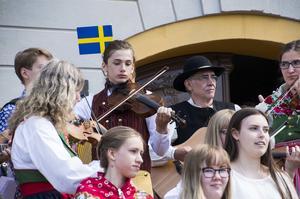 Kulturskolans spelmanslag med bland andra Arvid Thuresson med flagga i håret.