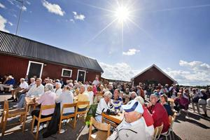 FIRADE. Det var fullsatt kring borden när den internationella fyrdagen arrangerades vid Böna fyr på söndagen.