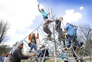 Barnen gillade klätterställningen på Sätraängarna.