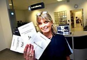 Foto: NICK BLACKMON Så ser de ut. I morgon finns valsedlarna utlagda för de röstsugna hos Ewa Gustafsson vid Postcenter på Rynningsgatan i Gävle.
