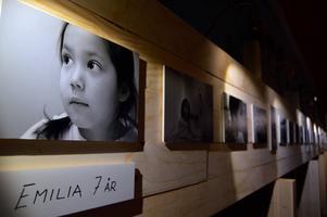 Sjuåriga Emilia porträtterad av Janina Östling.