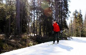 Arne Källman från Ope ger beröm till Östersunds kommun som trots den dåliga vintern skött spåren vid skidstadion väldigt bra.    – Det finns ju allting här; Storsjön, fjällvärlden, det är kanoners, säger han. Arne är en van skidåkare med flera Vasalopp bakom sig och på vintern blir det 60 till 100 mil på skidorna.