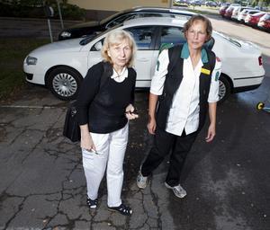 På väg. Läkaren Lena Nicol och undersköterskan Elisabet Wässman utgjorde det mobila teamet natten till i dag. Båda har lång erfarenhet av nattarbete i sjukvården.Foto: Anders Forngren