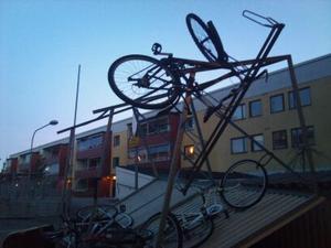 Gruvligt på Gruvgatan i Falun: mitt i natten flög cykelstället med cyklar iväg.