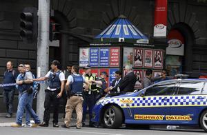 Polisen förhör vittnen vid olycksplatsen efter att en bil rammat folkmassan,